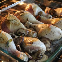 Simple Baked Chicken Drumsticks with Mushrooms